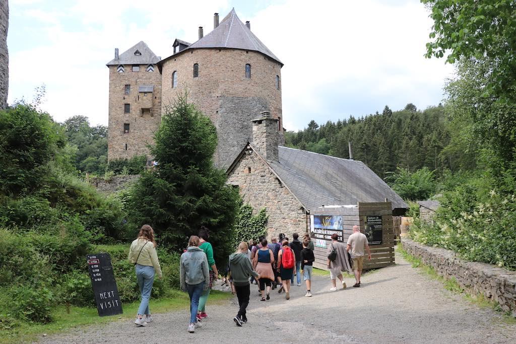 De rondleiding begint buiten bij het kasteel