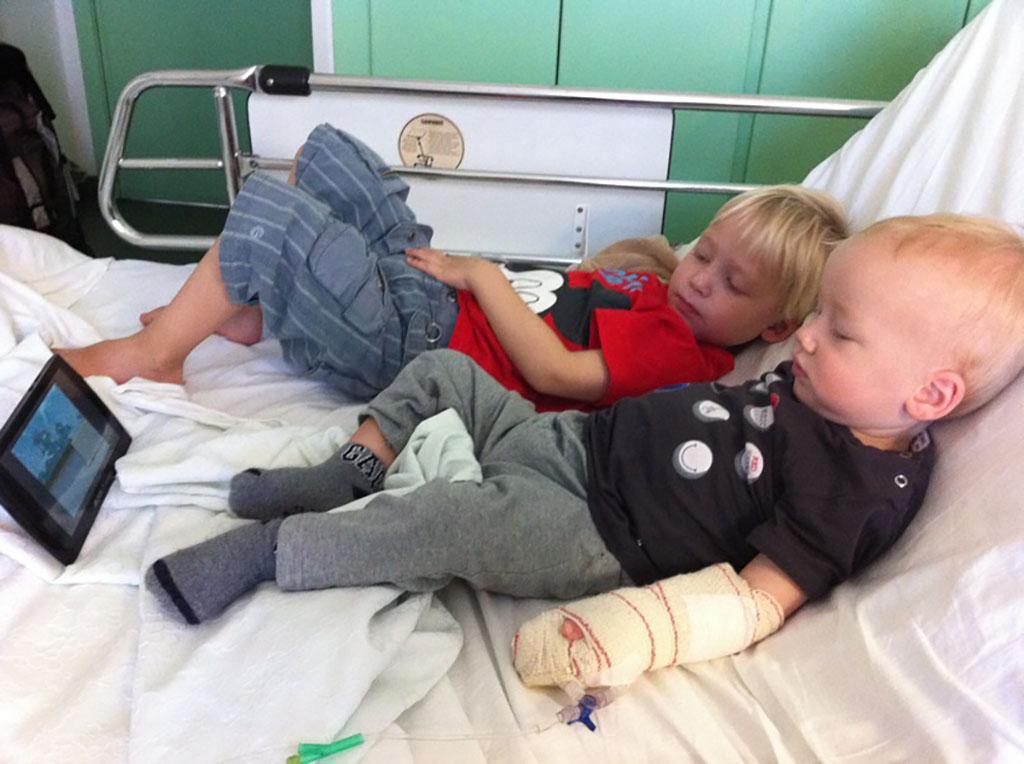 De zoons van Iris worden met het norovirus opgenomen in het ziekenhuis in Lanzarote.