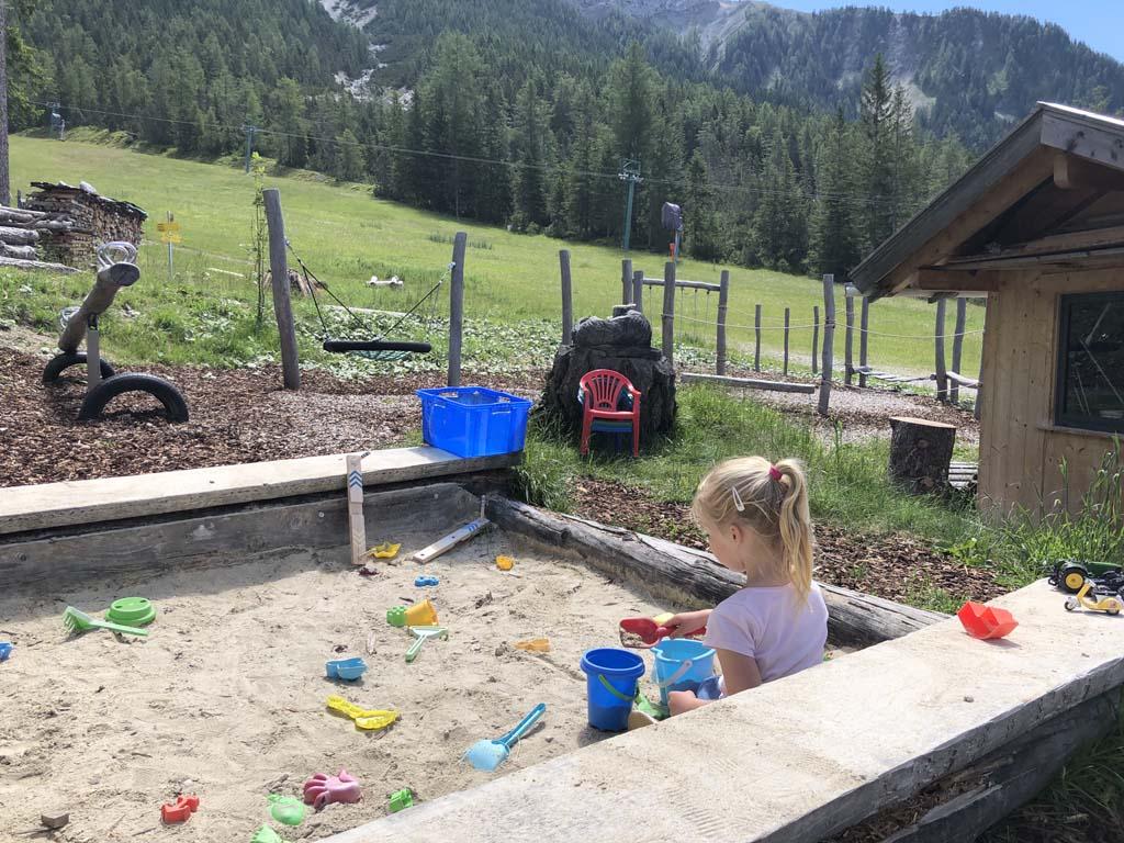 Bij de berghut Gamsalm is een leuke speeltuin met zandbak, schommel en nog veel meer.