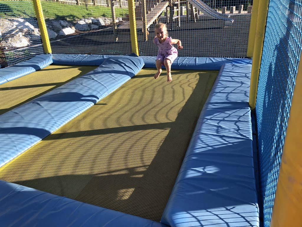 De buitenspeeltuin heeft 4 grote trampolines. Genoeg vierkante meters om te springen dus.