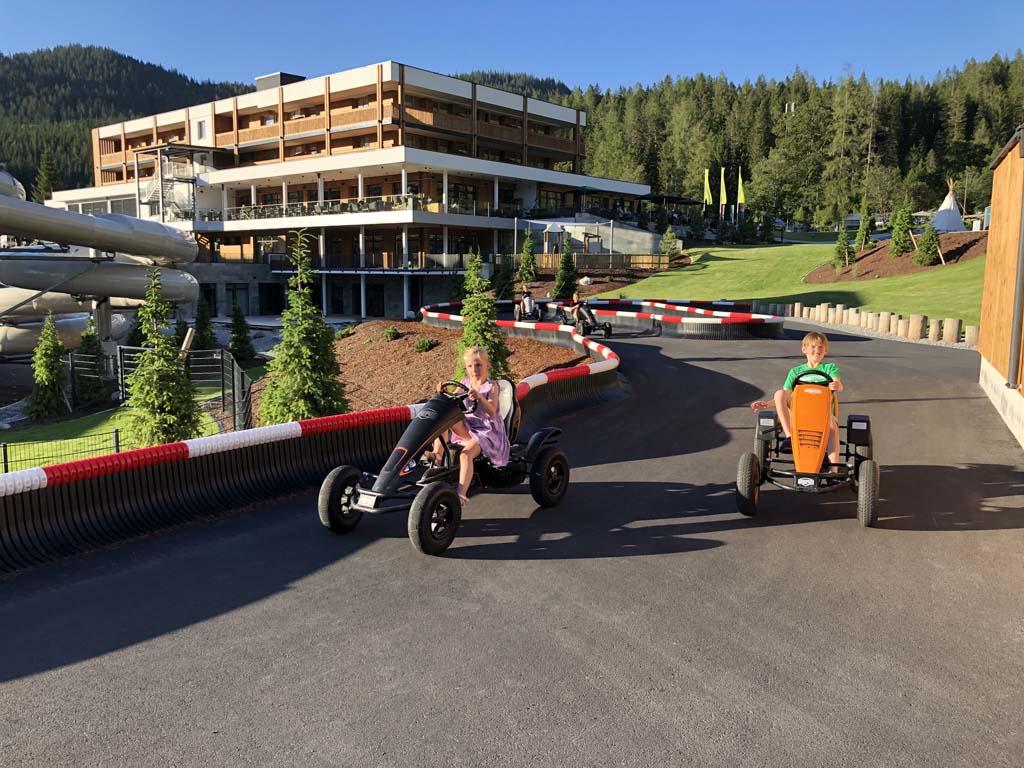 Voor onze dochter is dit het hoogtepunt van de buitenspeeltuin van het Zugspitz resort. Ze rijdt heel wat rondjes.