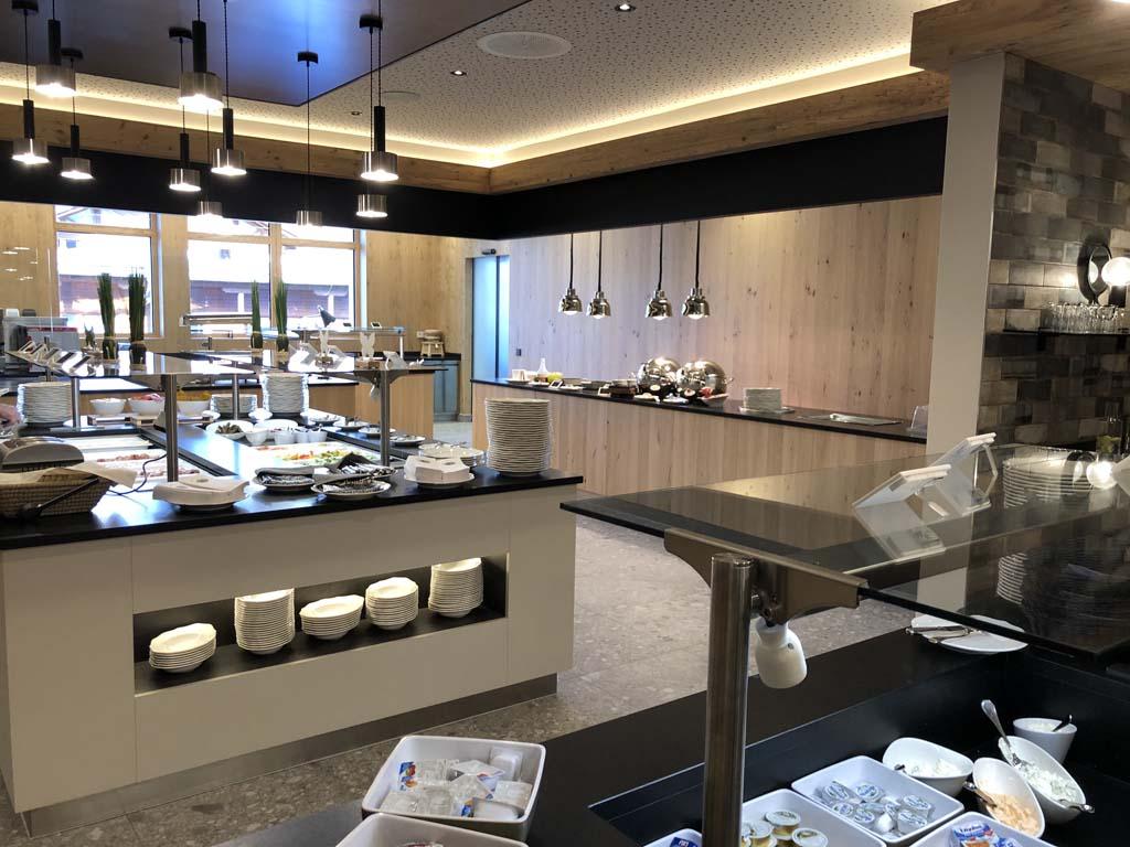Het buffet in het Zugspitz resort ziet er erg netjes uit. Bij alle maaltijden hebben we ruime keuze uit verschillende gerechten.