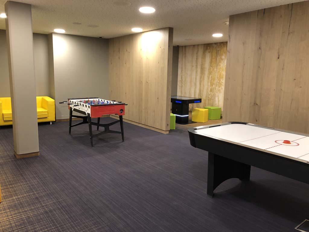 De play & chill area voor tieners. Lekkere plek om rond te hangen.