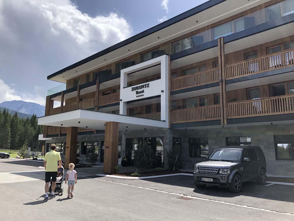 Het Zugspitz resort in Oostenrijk. Door al het hout voelen wij ons direct in Oostenrijkse sferen.