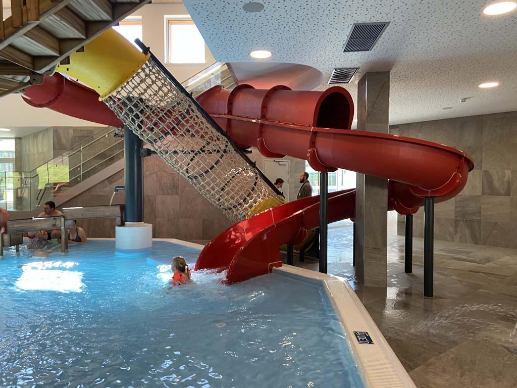 Veel speelplezier in het binnenzwembad van het Zugspitz resort.