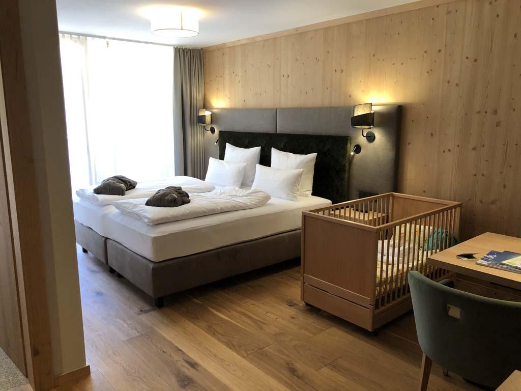 De family suite van het Zugspitz resort. De kamer heeft een kingsize bed en genoeg ruimte voor een ledikantje erbij naast.