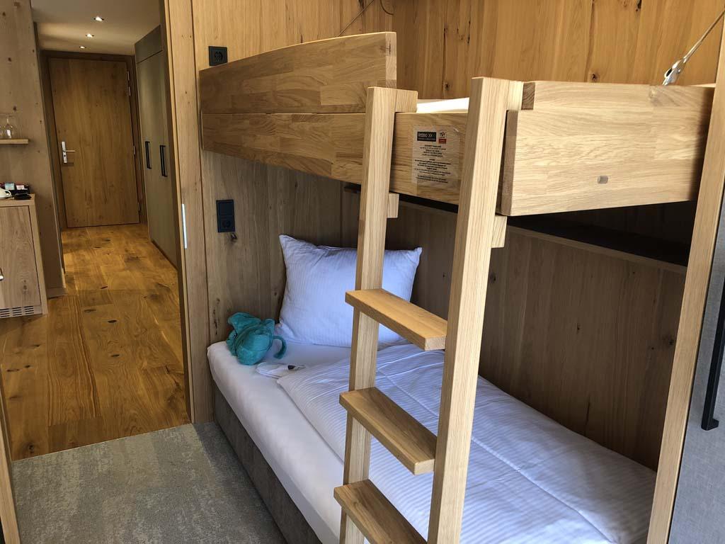 De family suite heeft een aparte kinderkamer met een stapelbed.