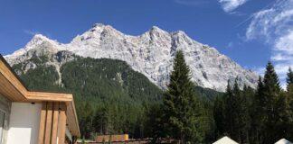 Vanuit het verwarmde baby- en peuterbad van het Zugspitz resort hebben we dit mooie uitzicht. Dit is genieten!
