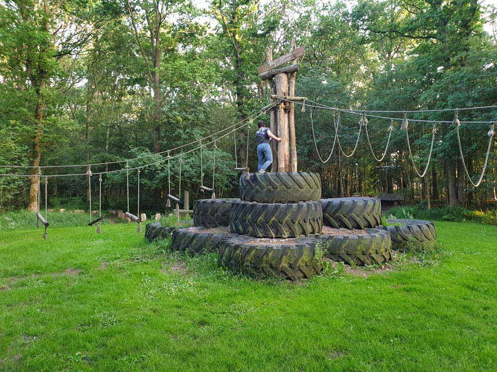 Fantastisch speel- en klimtoestel in het bosje achter de camping. Tof voor oudere kinderen.