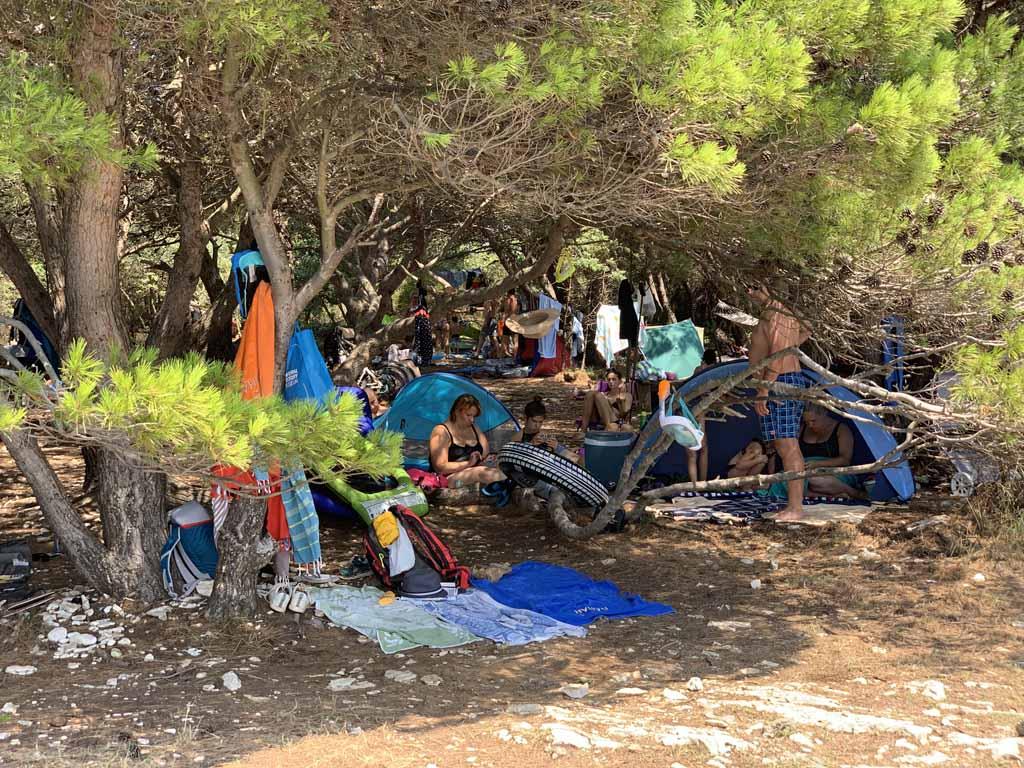 Dit is op 10 meter van de zee. Heel wat mensen hadden een hangmat tussen de bomen gehangen.