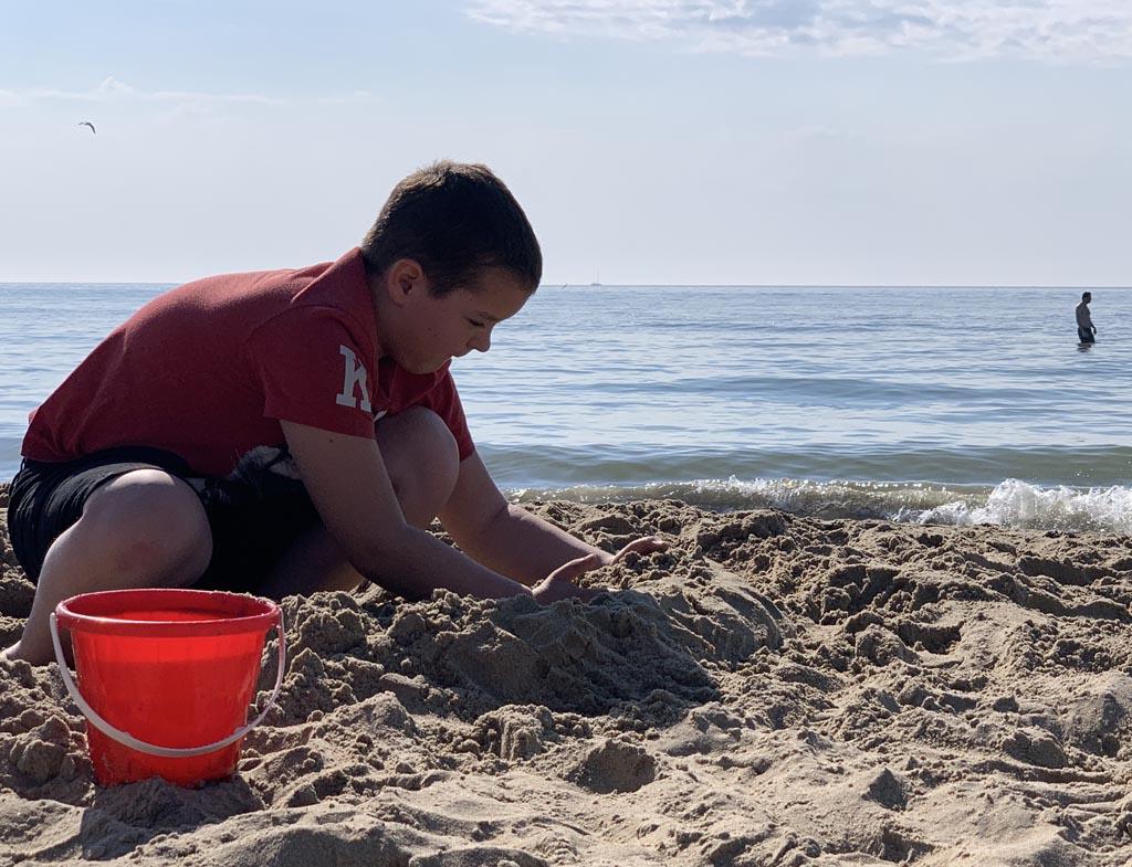 Al 10 jaar, maar een zandkasteel bouwen met een emmertje blijft trekken.