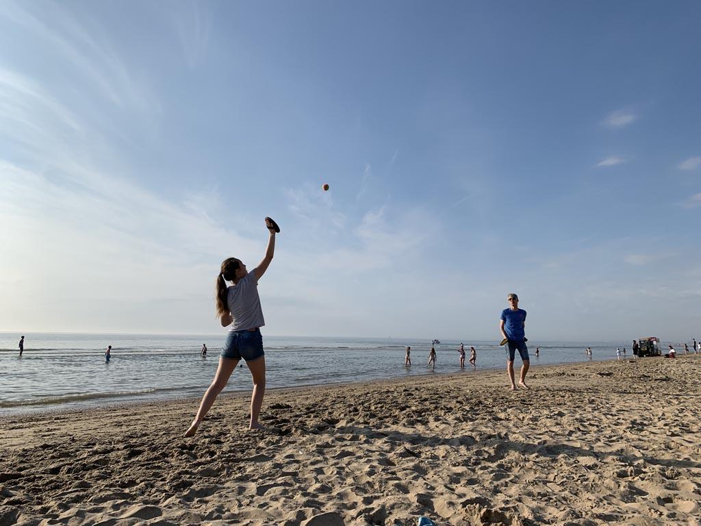 Een balspelletje is leuk om mee te nemen naar het strand op een zomerse dag.
