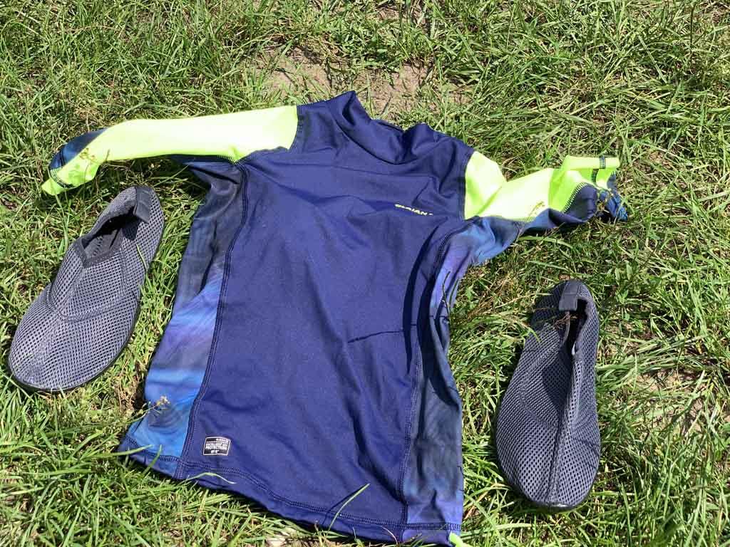 Check: zwemschoentjes/waterschoenen en een UV-shirt.