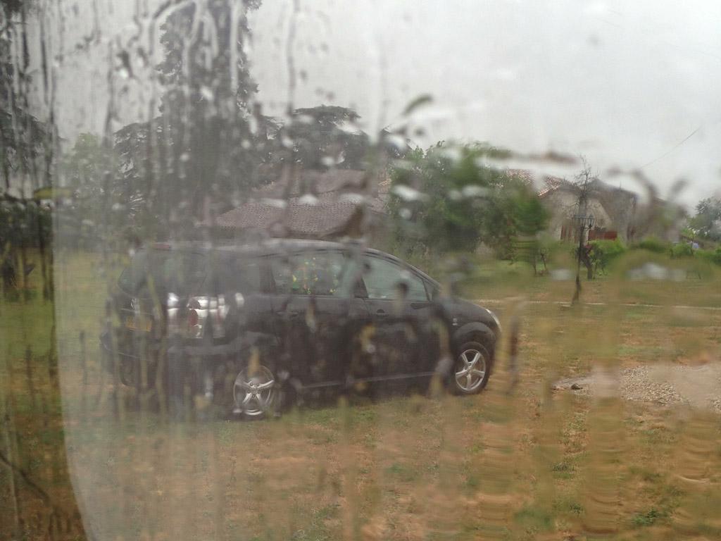 Het begint keihard te regenen.