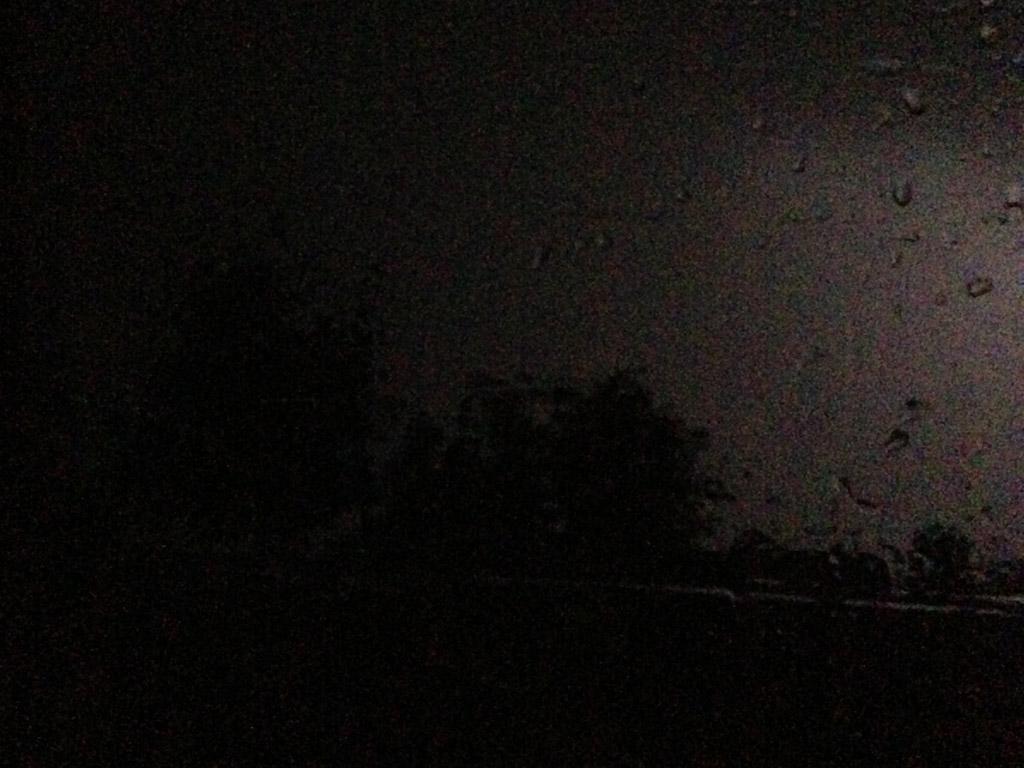 En dan wordt het buiten helemaal zwart. Harde regen, wind en onweer. Het kan flink tekeer gaan in Frankrijk!
