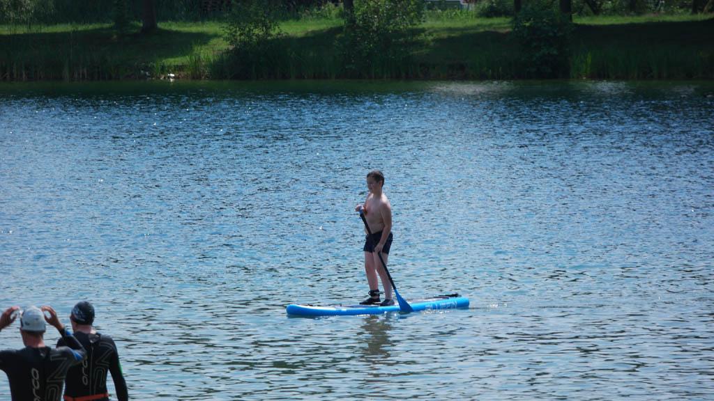 Hij supt zo weg op het supboard voor kinderen en heeft het board ook goed onder controle.