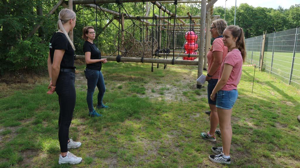 Uitleg over de survivalbaan bij Outdoor Bakkeveen.