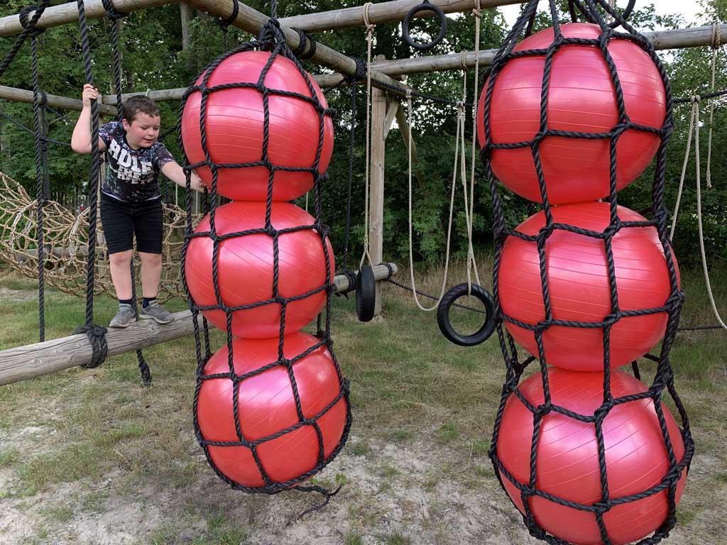 Langs de skippyballen klimmen is voor ons nog wat te moeilijk.