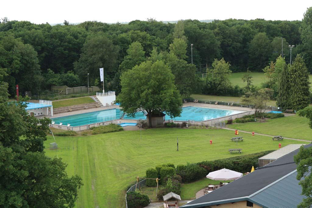 Vanuit de toren kunnen we goed het openluchtzwembad zien dat hier ook te vinden is.