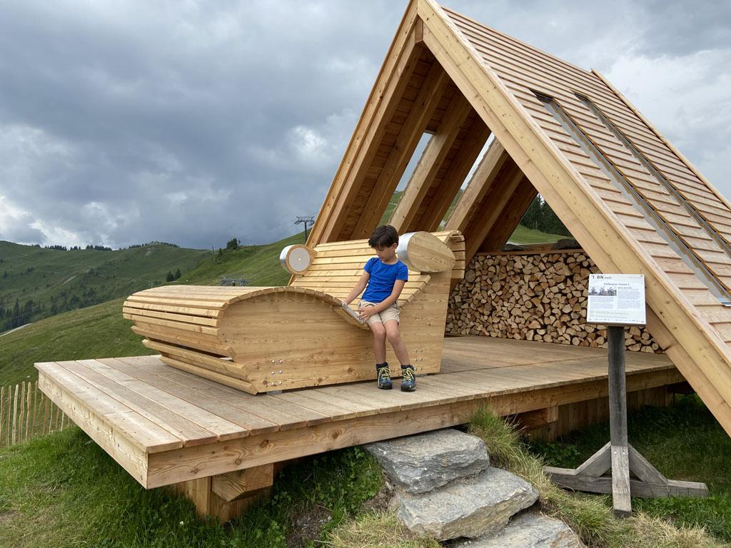 De berg Asitz heeft veel uitzichtpunten, vaak met muziek en een loungebank die je kunt verschuiven; wil je genieten in de zon of in de schaduw?