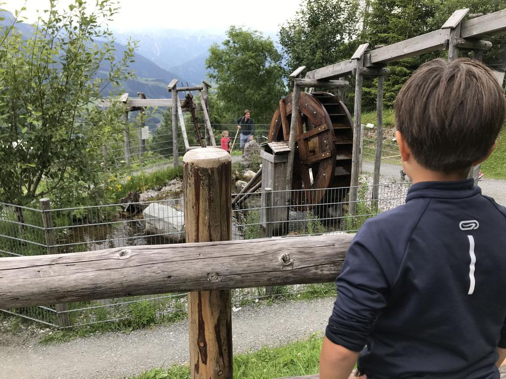Bij het middenstation van de Asitz is het Sinnenpark, een natuurlijke speeltuin op de berg.