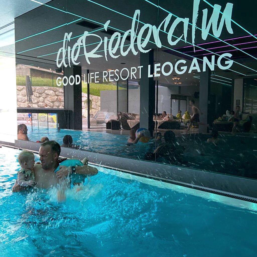 Familiezwembad Pinzgauer Wasserfestspiele is een heerlijk verwarmd zwembad met zowel een binnen- als buitengedeelte en heeft een apart kinderbadje.