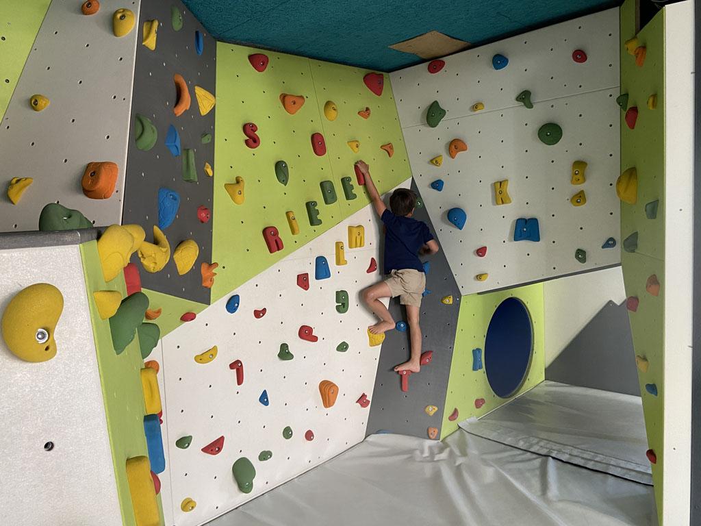 Bij minder weer, is er bij Good Life Resort Riederalm binnen ook van alles te doen. Zoals deze klimwand.