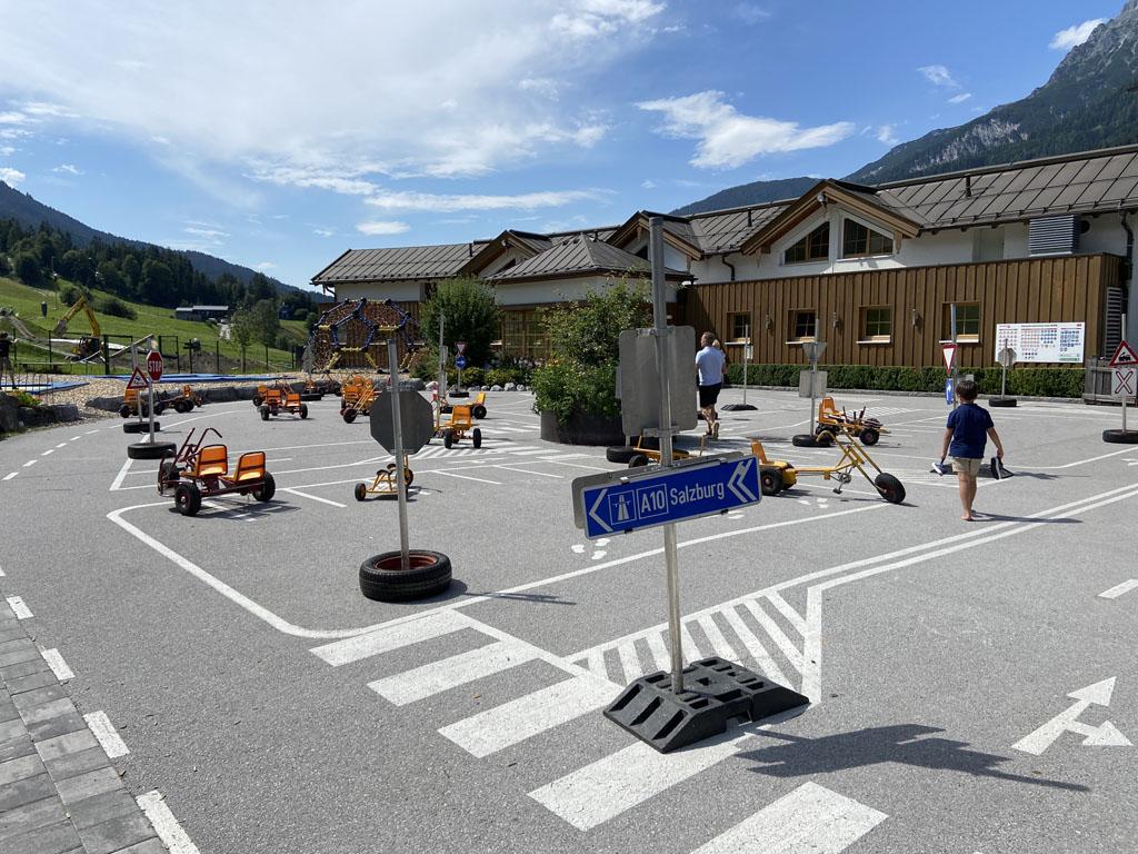 De verkeerstuin zit op de binnenplaats, zodat kinderen niet weg kunnen.