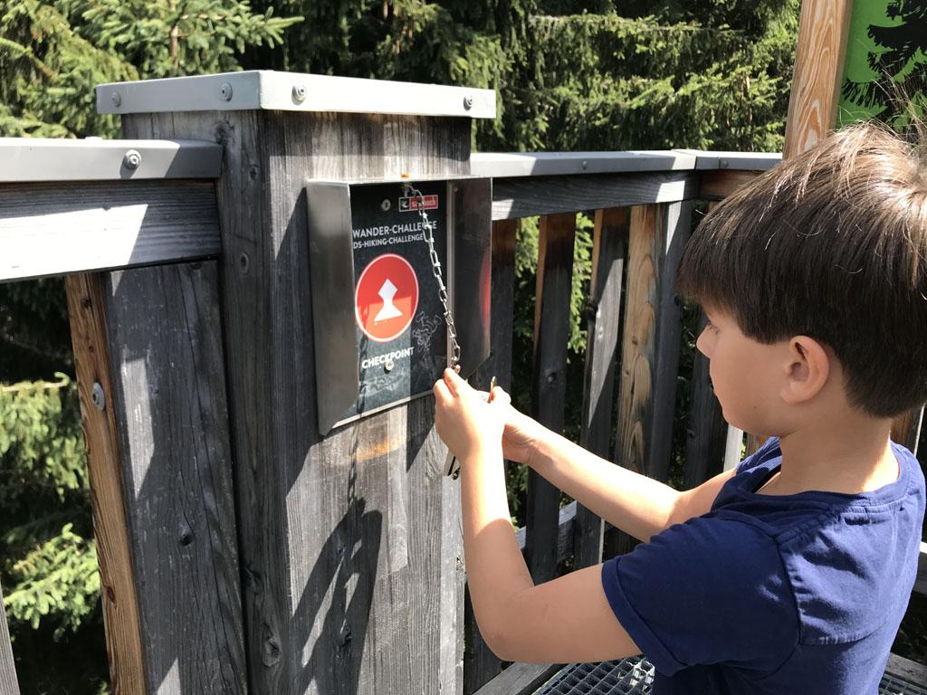 De Kids Hiking Challege daagt kinderen uit om te gaan wandelen.