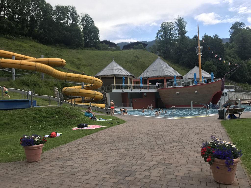 Käpt'n Hook Adventure Pool is een gethematiseerd buitenzwembad in Saalbach Hinterglemm.