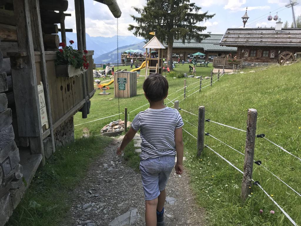Halverweg de wandeling komen we bij een mooie berg hut, de Panorama alm, hier is een leuke speeltuin voor de kids en heerlijk zitten voor de ouders.