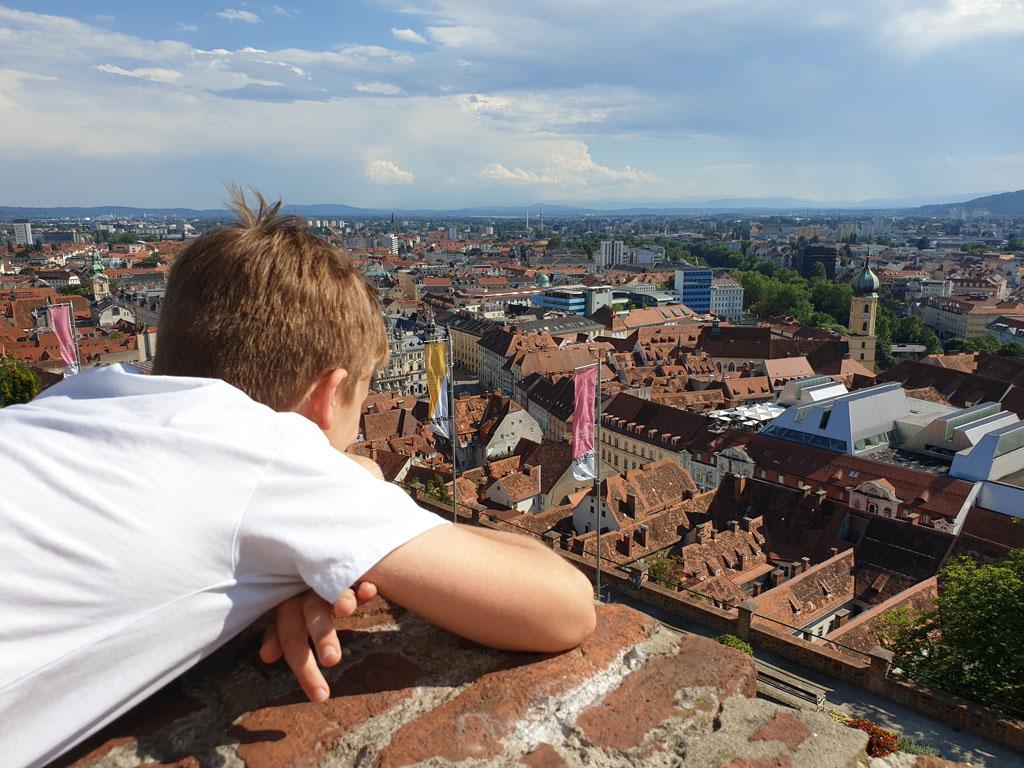 Het uitzicht vanaf de Schlossberg is fenomenaal Graz met kinderen is top! . graz-met-kinderen-11