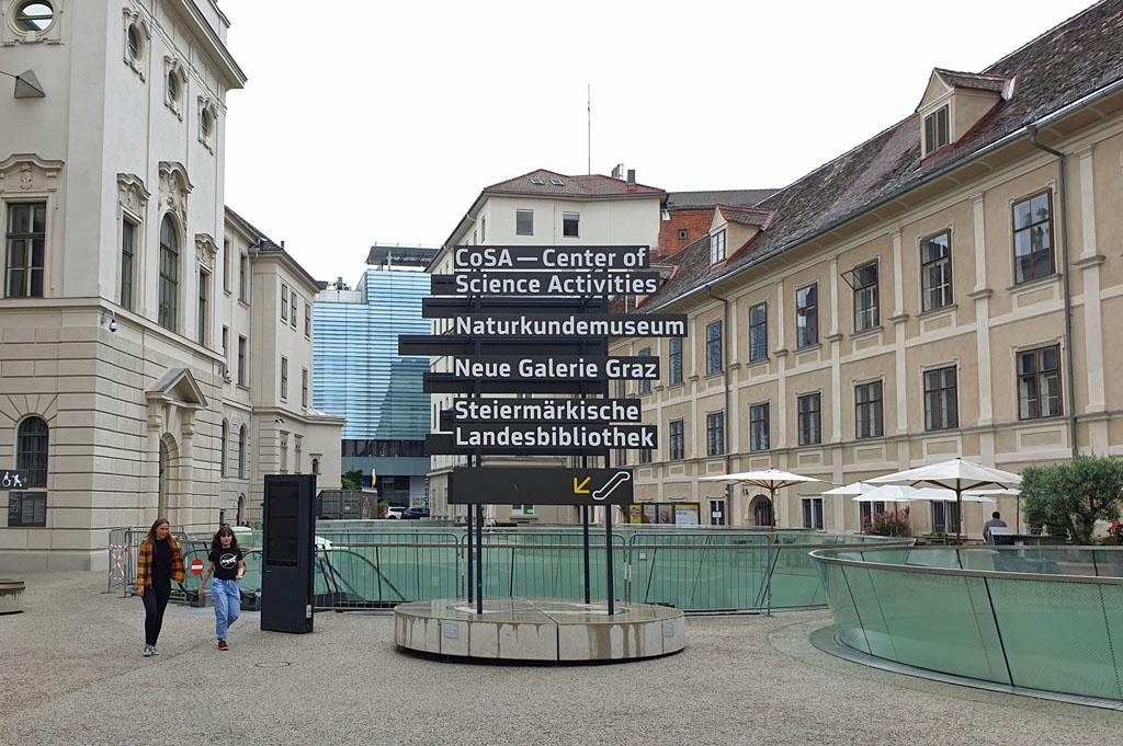 Midden tussen de oude gebouwen zit een hypermodern museum graz-met-kinderen-21