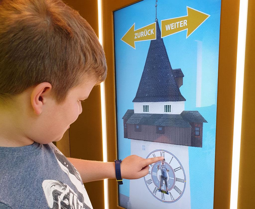 Hoe leuk dat interactieve, ik ben de wijzers van de Uhrturm graz-met-kinderen-25