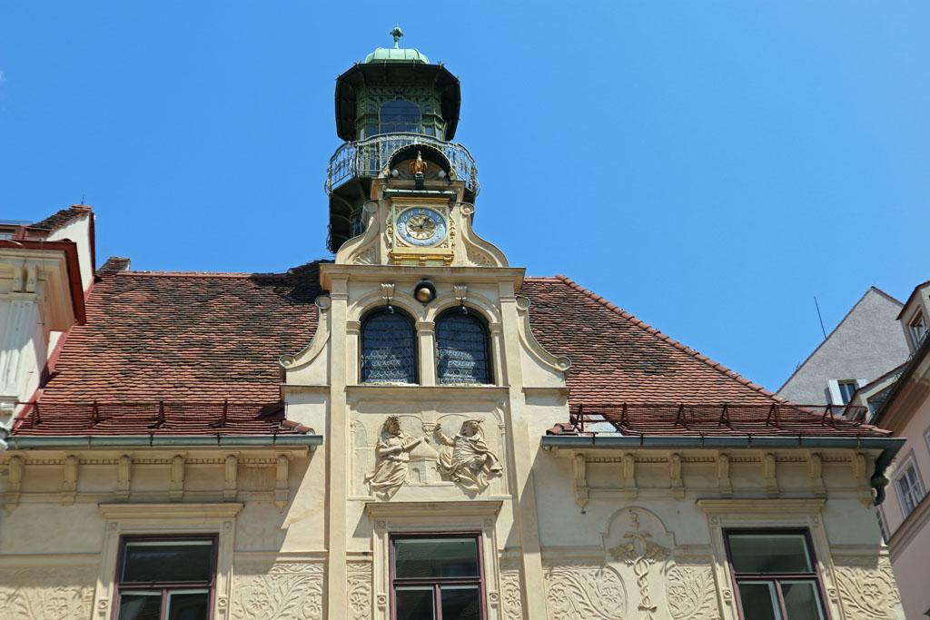Het Glockenspiel waar om 11, 15 en 18 uur een romantisch schouwspel plaats vindt graz-met-kinderen-36