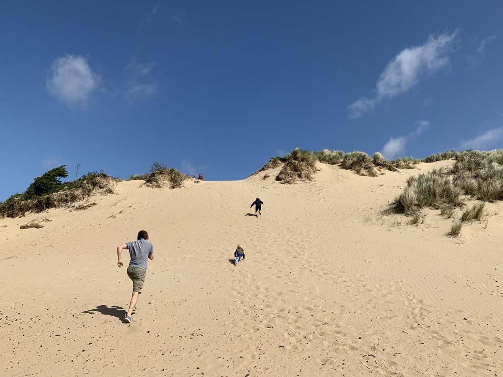 Omhoog rennen op de zandduinen.
