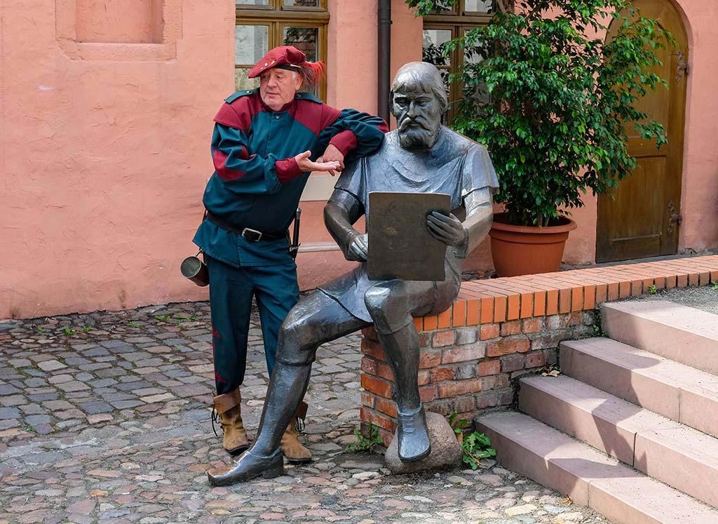 Het standbeeld van Cranach die een portet van Luther maakt