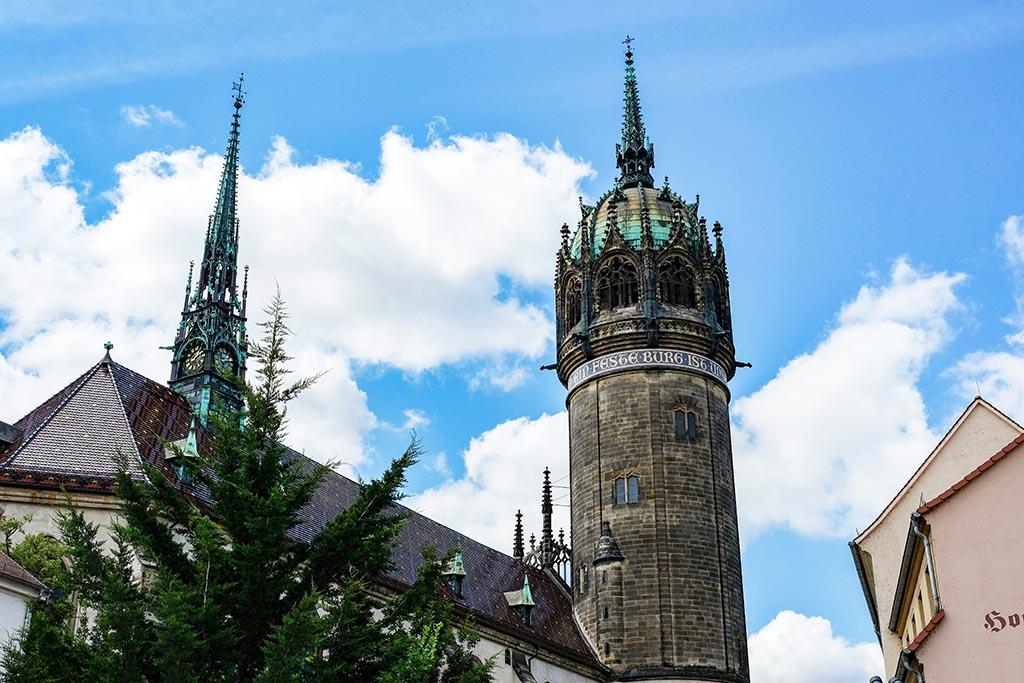 De mooie Slotkerk steekt boven het centrum van Lutherstadt-Wittenberg uit