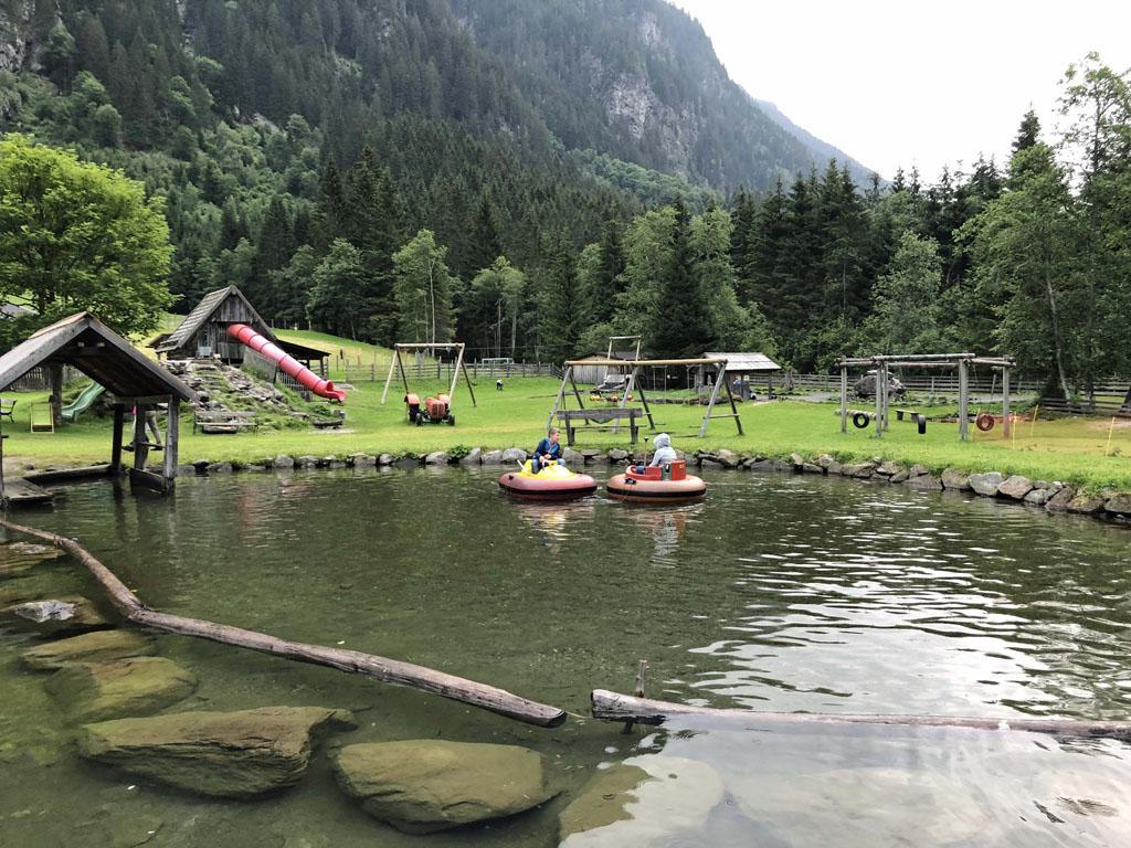 Elektrische bootjes en auto's, maar ook een kinderboerderij zijn te vinden bij de Waldhausalm.