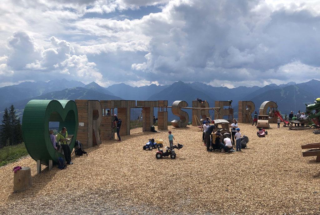 Boven op de Rittisberg ligt een grote speeltuin van hout.