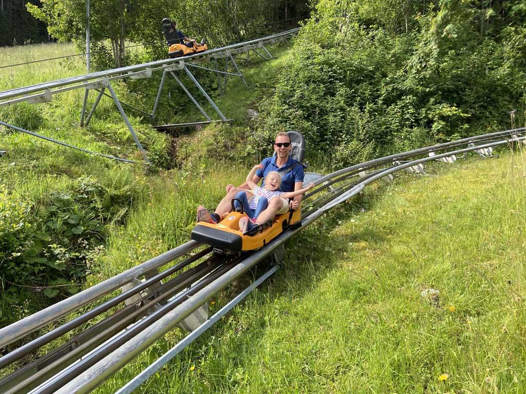 Toffe rodelbaan bij de Rittisberg in de regio Schladming-Dachstein met kinderen.