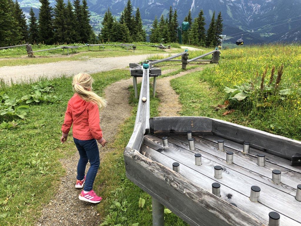 De route begint met deze kogelbaan. Hier komen we er meerdere van tegen in de regio Schladming-Dachstein met onze kinderen.