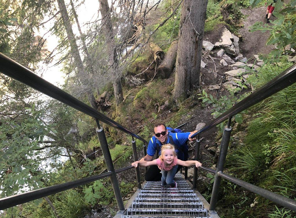 De wandeling Alpinsteig Höll zit vol uitdaging met veel van dit soort steile trappen.