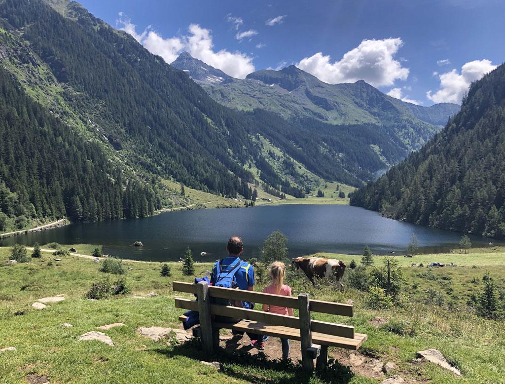 Wauw! Wat worden we beloond met een prachtig uitzicht over de Riesachsee.