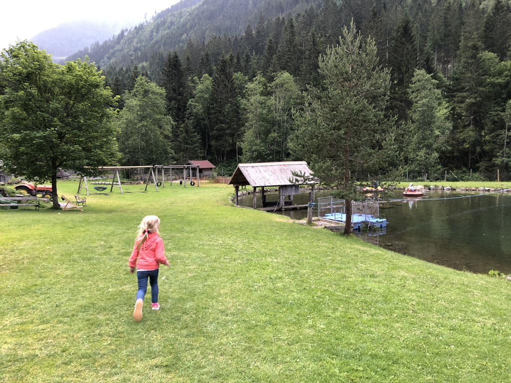 Bij de Waldhausalm zit een groot terrein met veel speelmogelijkheden.