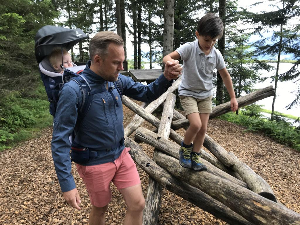 Ook voor 5-jarigen is het touwenparcours al goed te doen, hoewel soms even een handje nodig is.