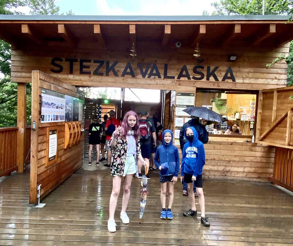 Bij de ingang van boomkroonpad Stezka Valaska