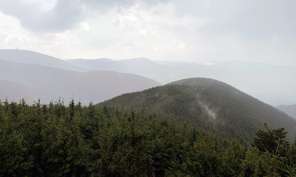 Toch ook wel heel mooi, deze nevelige bergtoppen