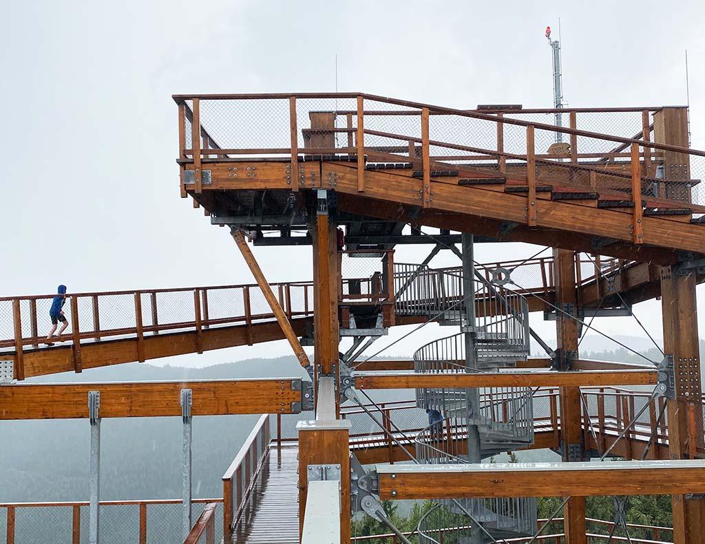 Op het hoogste gedeelte van de toren zit een glazen skywalk