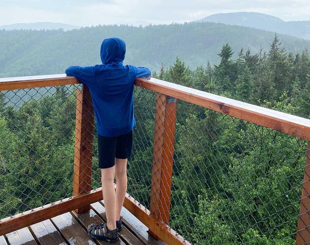 De top bereikt! Helaas is het hard aan het regenen en is er daardoor minder uitzicht